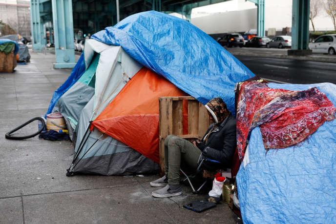 Un sans-abri dans une rue de San Francisco (Californie), le 6 janvier 2016.