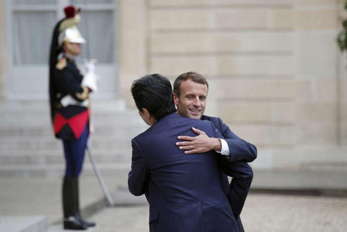 Shinzo Abe et Emmanuel Macron à l'Elysée, le 17 octobre.