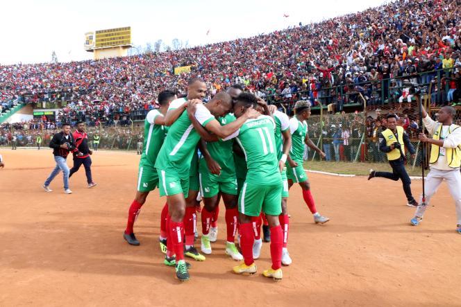 Les joueurs de l'équipe malgache de football célèbrent un but lors d'un match contre le Sénégal comptant pour la qualification en Coupe d'Afrique des nations, à Antananarivo, le 9septembre 2018.