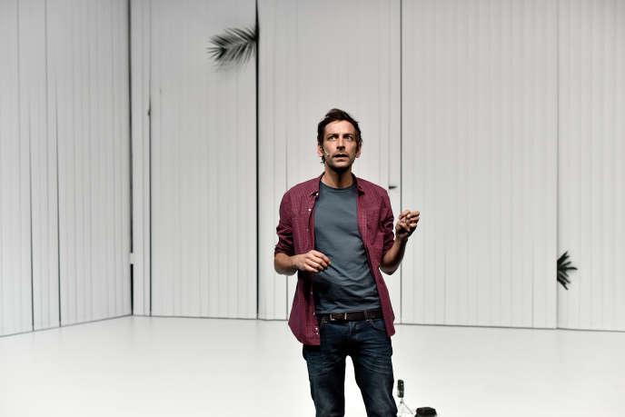 Dans la conversation avec le linguiste Pica et la metteuse en scène, transposée sur scène, Manuel Vallade interprète Emilie Rousset.