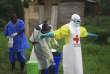 Un membre du personnel soignant est désinfecté à sa sortie d'un centre de traitement d'Ebola àBeni, dans l'est de la République démocratique du Congo, en septembre2018.
