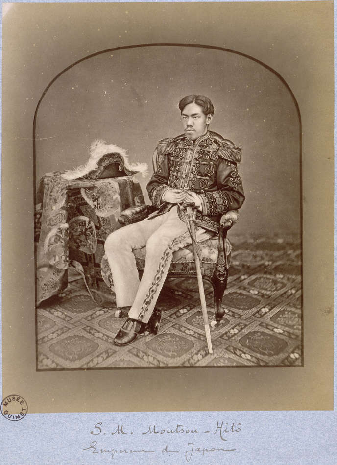 Photographie de l'empereur Mutsuhito (1852-1912) en costume occidental, le 8 octobre 1873, parKuichi Uchida (1844-1875), épreuve sur papier albuminé, colorée.