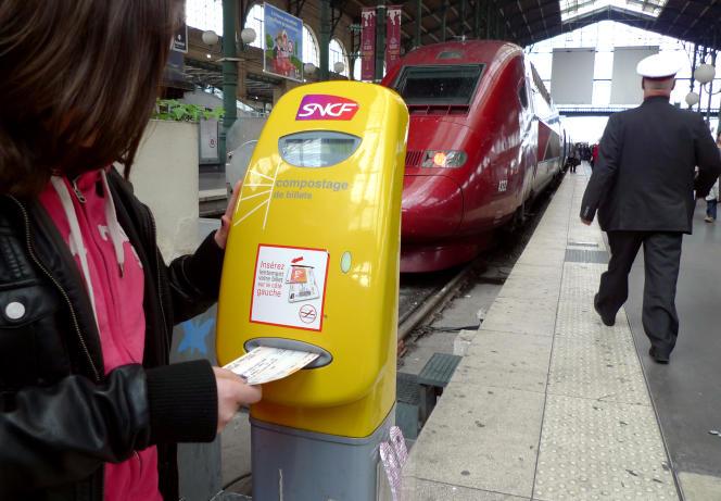 Les billets cartonnés continuent d'être vendus pour les voyages échangeables et remboursables.