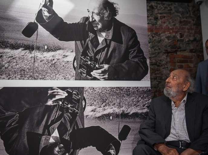 Ara Güler devant un portrait de lui lors de l'ouverture du musée consacré à son travail le 16 août 2018 à Istanbul.