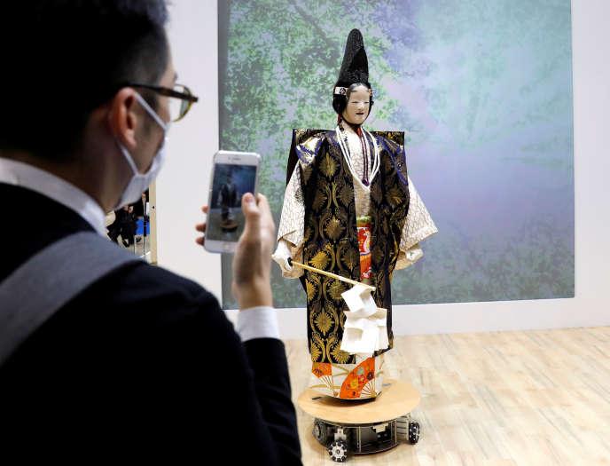 Le robot acteur de théâtre nô mis au point par la société Seed Solutions, à Tokyo, le 17 octobre.