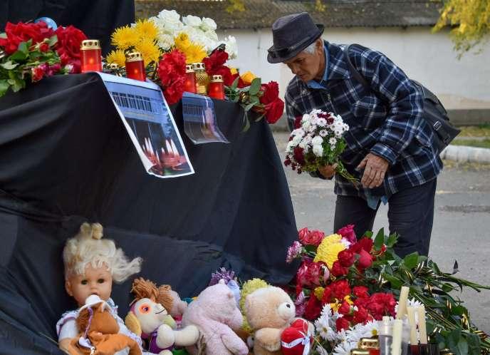 Hommage aux victimes de la tuerie dulycée technique de Kertch, en Crimée, le 17 octobre.