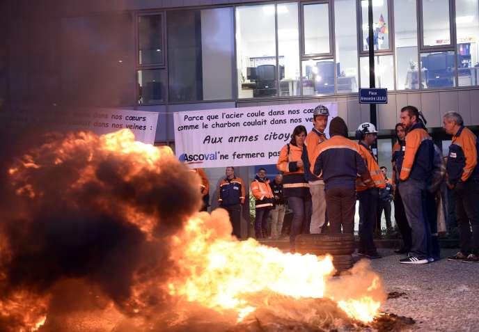 Des employés d'Ascoval bloquent le siège de l'entreprise, à Valenciennes (Nord), le 18 octobre 2018.