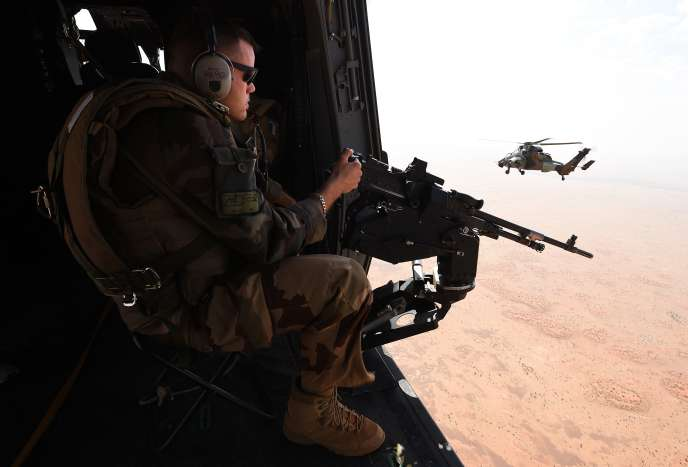 Un soldat français de l'opération« Barkhane» à bord d'un hélicoptère Tigre, au Mali, en 2016.