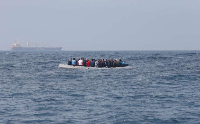 Un bateau de migrants parti des côtes marocaines, dans le détroit de Gibraltar, le 27 juillet.