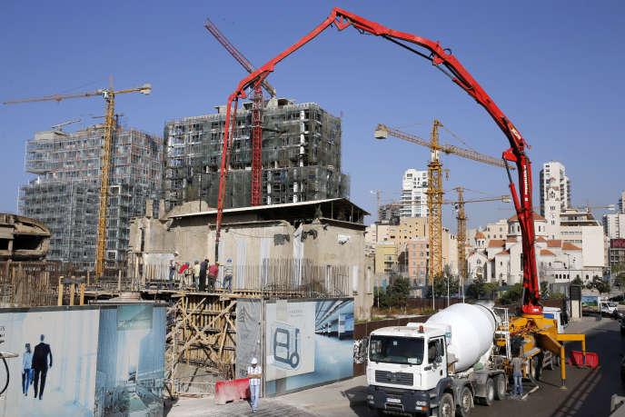 Des grues sur un chantier de construction au centre de la capitale libanaise, Beyrouth, le 14 octobre 2016.