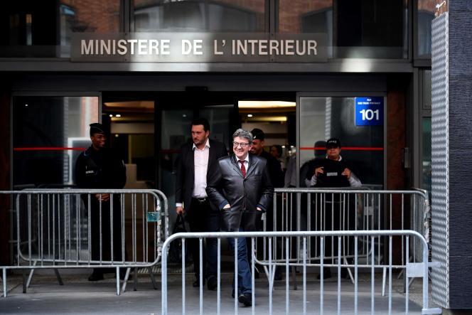 Jean-Luc Mélenchon le 18 octobre à Nanterre, à la sortie d'une audition à l'Office central de lutte contre la corruption et les infractions.