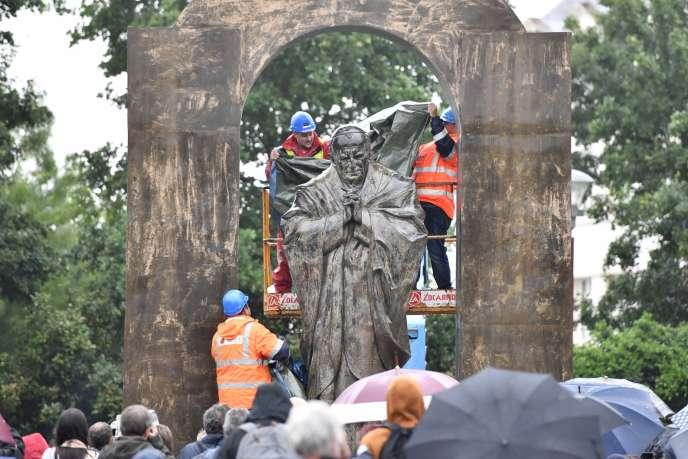 Statue du pape Jean Paul II à Ploërmel (Morbihan), le 11 juin.