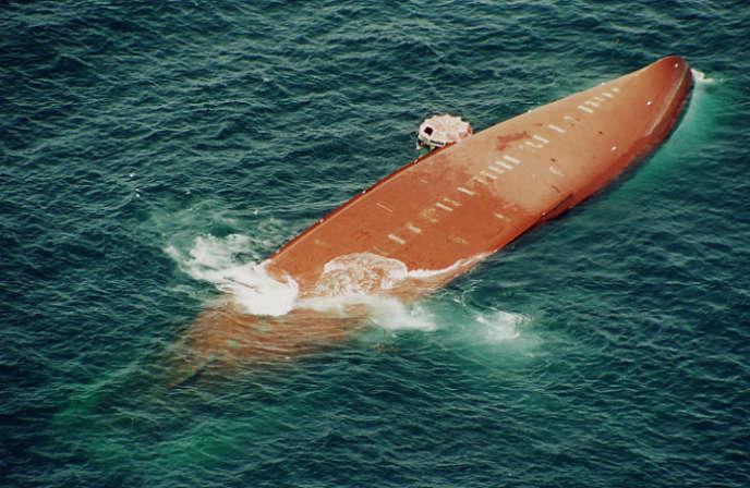 Le ferry sénégalais« Joola» après son naufrage, le 27septembre 2002.