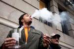 Un homme fume du cannabis, légalement, à Montréal, le 17 octobre 2018.