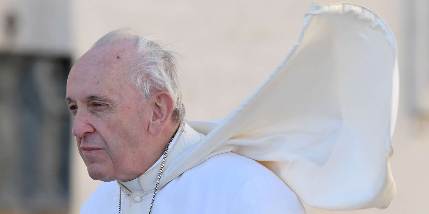 Pope Francis arrives to give his weekly general audience on St.Peter's square on September 26, 2018.  / AFP / Tiziana FABI
