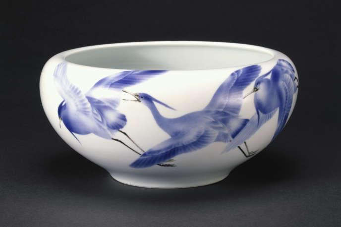 Un bol à décor d'aigrettes, par Miyagawa Kôzan (1842-1916), porcelaine à décor bleu et noir sous glaçure, Yokohama, Japon, vers 1900-1910.