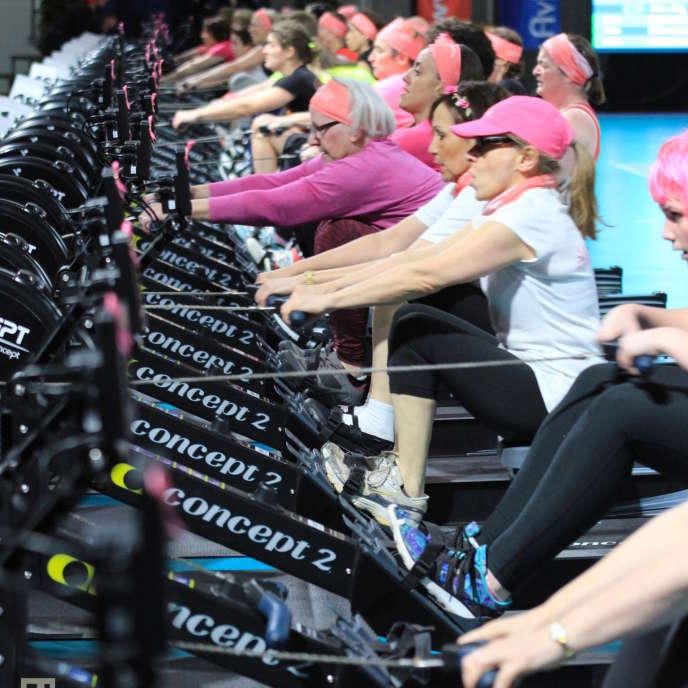 Le challenge Avirose, en février 2018. Ce championnat de France d'aviron indoor est organisé chaque année à Paris avec la Fédération française d'aviron. Avirose fonctionne par équipes de quatre, dont au moins une femme touchée par un cancer du sein.