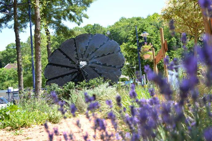 La«smartflower», sorte de tournesol géant recouvert de panneaux solaires, permet d'alimenter en énergie le serveur informatique de la mairie de Malaunay (Seine-Maritime).