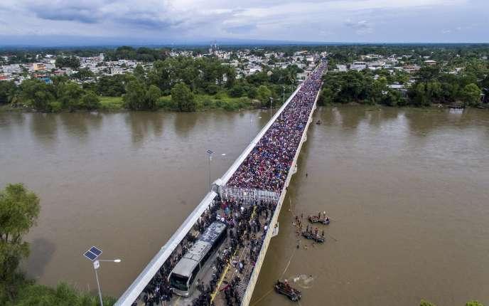 Les migrants honduriens à la frontière mexicaine, vendredi 19 octobre.