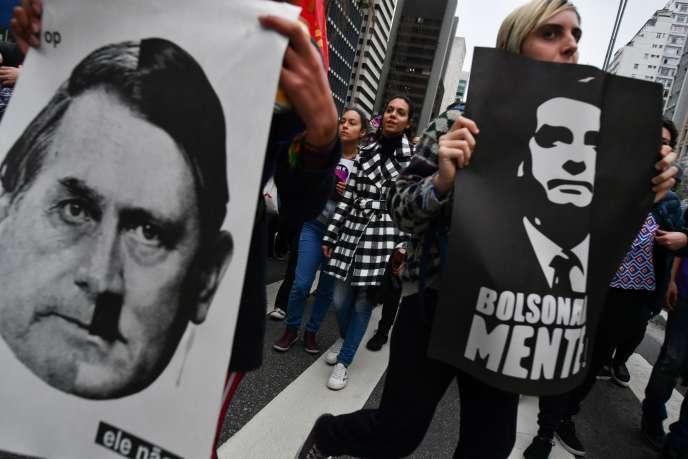 « Bolsonaroméprise le combat pour les droits humains» (Photo: opposant à Bolsonaro, le 26 octobre, à Sao Paulo, assimilant le candidat brésilien à Hitler).