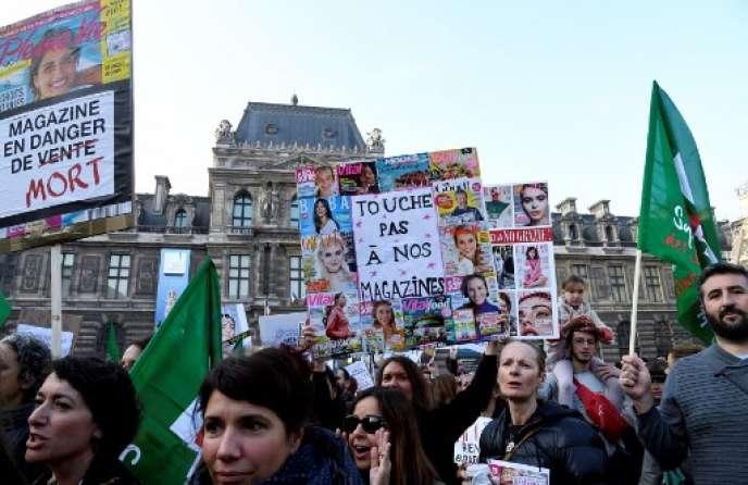 Rassemblement de salariés de Mondadori France devant le ministère de la culture à Paris, jeudi 18 octobre.