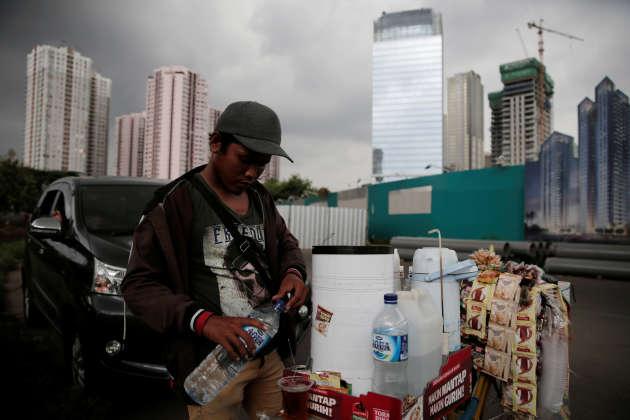 Un vendeur de rue à Djakarta, la capitale de l'Indonésie, en janvier 2017.