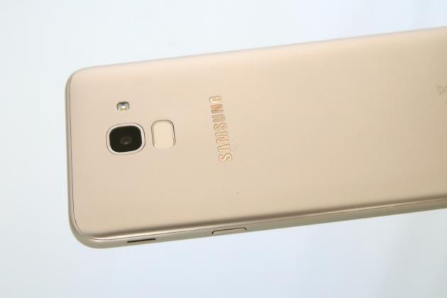 Les apparences sont parfois trompeuses : le Samsung J6 n'est pas habillé d'aluminium mais de plastique.