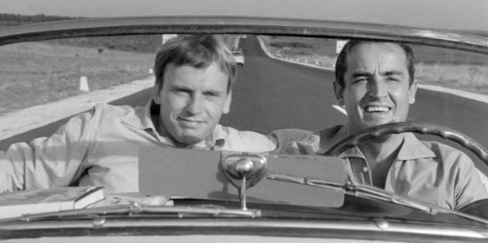 Jean-Louis Trintignant (à gauche), et Vittorio Gassman (à droite) partent en voyage en voiture, sous la caméra de Dino Risi.