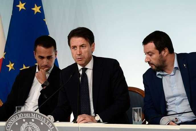 Présentation du budget italien par le premier ministre, Guiseppe Conte entouré de Luigi Di Maio et Matteo Salvini, à Rome, le 15 octobre.