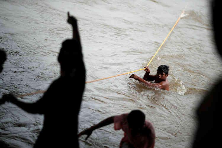 Certains migrants ont tenté de traverser la rivière Suchiate, qui marque la partie sud-ouest de la frontière entre le Mexique et le Guatemala.