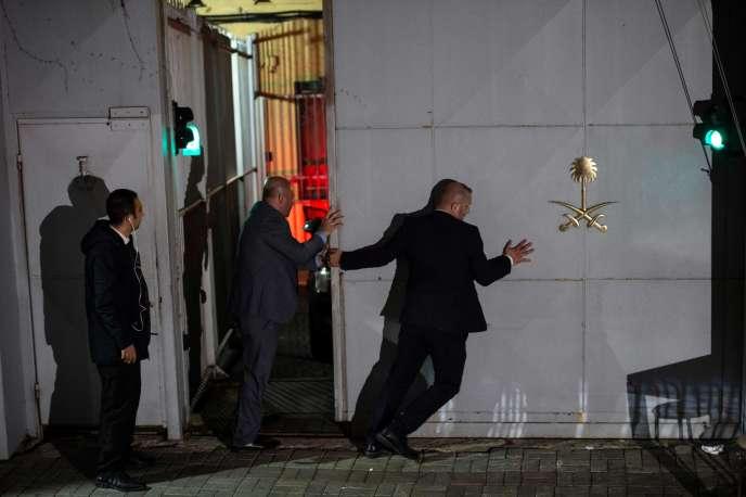 La police scientifique turque au consulat saoudien, à Istanbul, mercredi 17 octobre.