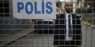 Un officier de sécurité bloque l'entrée de la route menant au consulat d'Arabie saoudite à Istanbul, samedi 20 octobre.