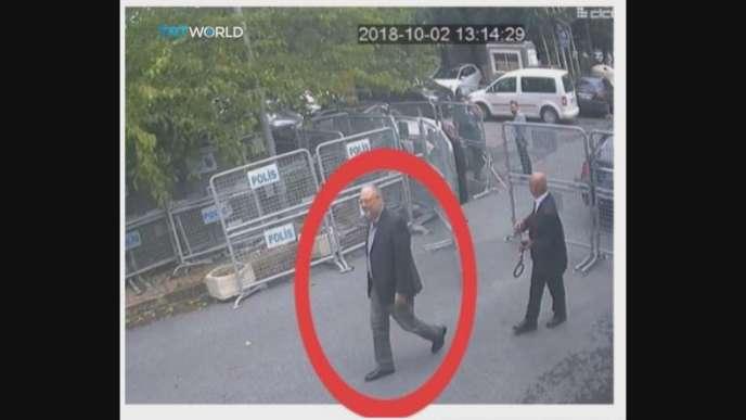 Jamal Khashoggi entre dans le consulat saoudien à Istanbul, le 2 octobre.