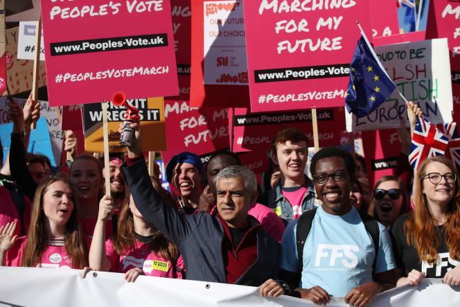Le maire de Londres, Sadiq Khan (au centre), a pris part à la manifestation, à Londres, le 20 octobre.
