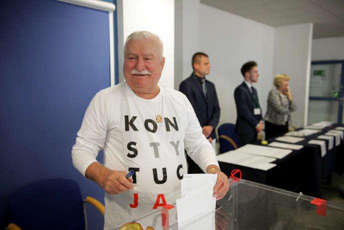 Lech Walesa, portant un Tee shirt avec le mot Constitution, pendant les élections régionales, à Gdansk (Pologne) le 21 octobre 2018.