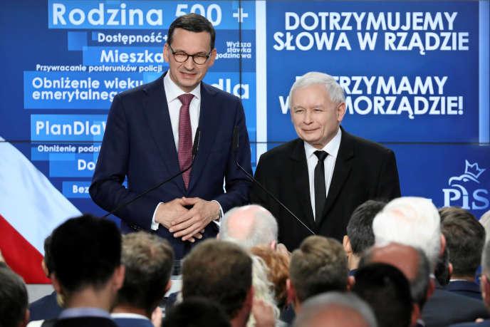 Le premier ministre polonais, Mateusz Morawiecki, et le chef de file du parti Droit et justice (PiS, ultraconservateur), Jaroslaw Kaczynski, le 21 octobre à Varsovie.