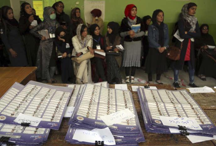 Dans un bureau de vote de Kaboul, le 21 octobre.