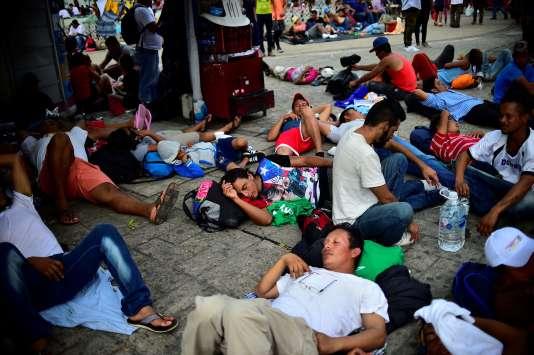 Des Honduriens participant à la marche pour rejoindre les Etats-Unis se reposent sur la place principale de Tapachula, au Mexique, le 21 octobre.