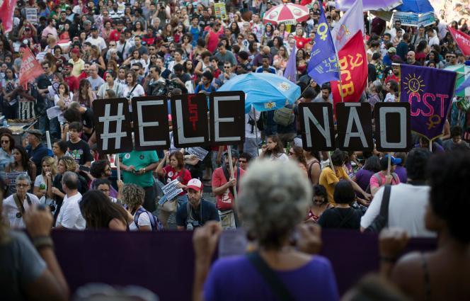 Des manifestants contre Jair Bolsonaro, à Rio de Janeiro le 20 octobre.