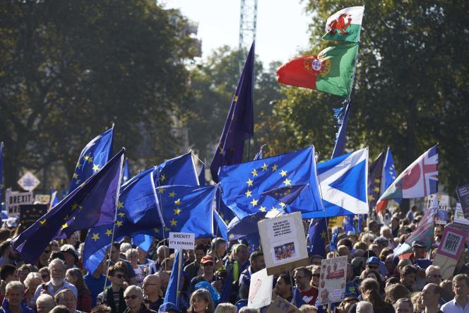 Les manifestants agitaient des drapreaux européens, dans le centre de Londres, le 20octobre.