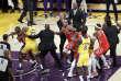 Lors de son second match de la saison sous le maillot des Lakers, LeBron James (à gauche) tente de retenir son ami des Rockets de Houston Chris Paul de s'impliquer dans une altercation avec d'autres joueurs.