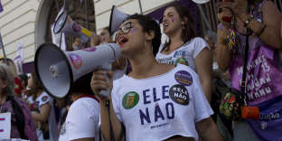 Des femmes dans une manifestation contre Jair Bolsonaro à Rio de Janeiro, le 20 octobre.