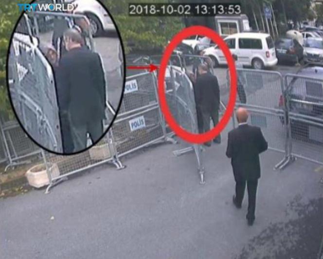 Une image de vidéosurveillance montre Jamal Khashoggi (dans le cercle rouge) à côté de sa fiancé devant le consulat d'Arabie saoudite à Istanbul, le 2 octobre.