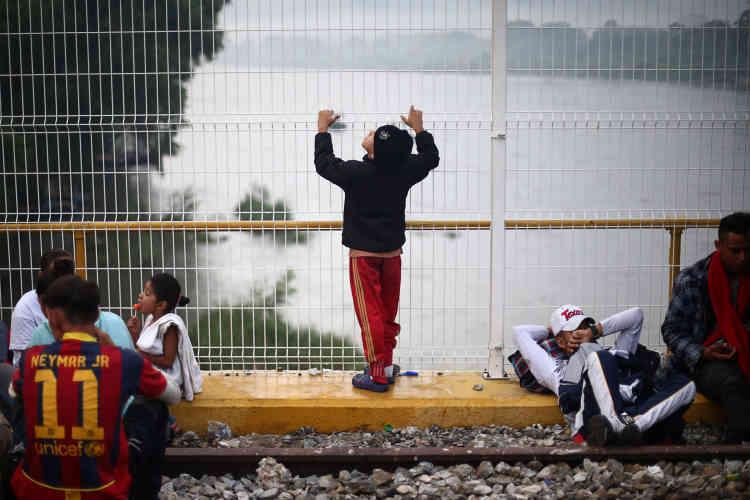 Les migrants attendent pendant plusieurs jours sur le pont d'Hidalgo l'ouverture de la frontière mexicaine, le 20 octobre.