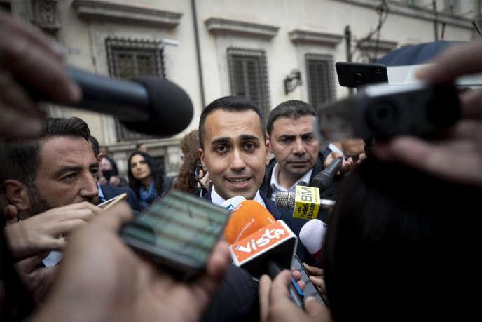 Le 22 octobre 2018, le vice-premier ministre et ministre du travail italien, Luigi Di Maio, quitte le siège du gouvernement du Palazzo Chigi à Rome (Italie).