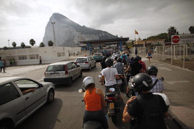 Près de 14500 travailleurs frontaliers traversent chaque jour la frontière entre l'Espagne et le Royaume-Uni, à Gibraltar.