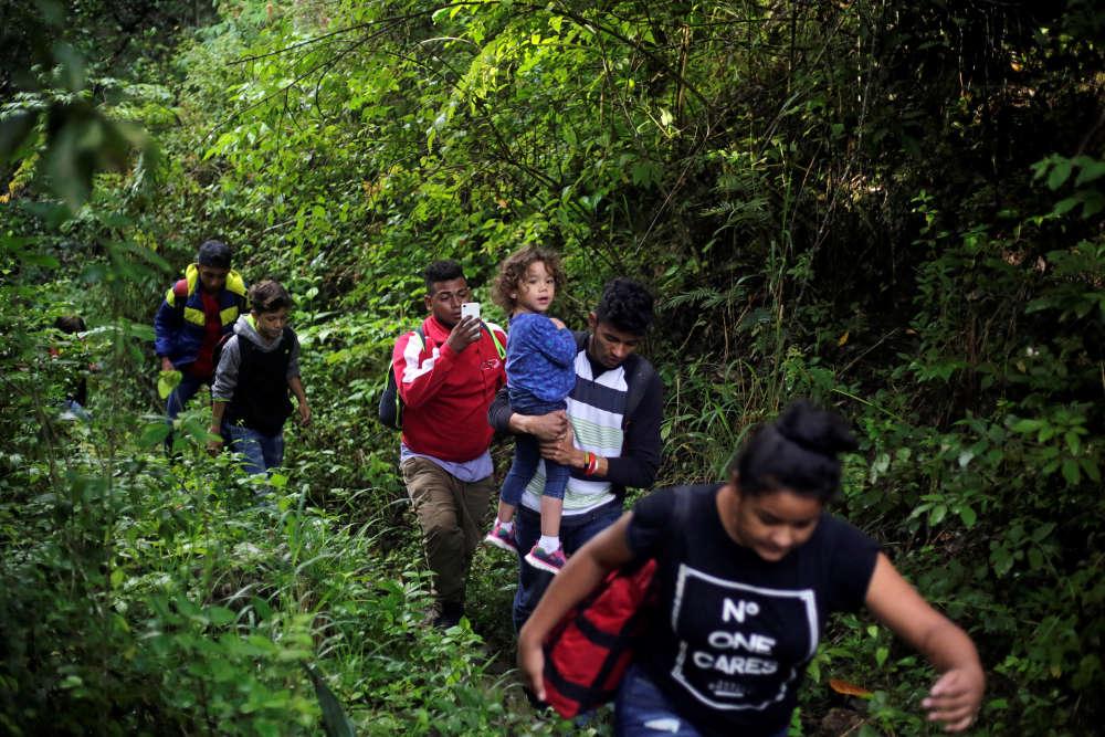 Certains migrants passent par une forêt du sud-ouest du Honduras afin d'entrer au Guatemala. Depuis le 13 octobre, en réponse à un appel sur les réseaux sociaux, des miliers de migrants se sont rassemblés au départ du Honduraspour marcher vers les Etats-Unis en passant par le Guatemala et le Mexique.