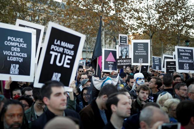 Lors du rassemblement contre les agressions homophobes, le 21 octobre, place de la République à Paris.