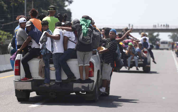 A l'approche de la ville de Tapachula, au Mexique, des chauffeurs aident les migrants honduriens à arriver en ville, le 21 octobre.