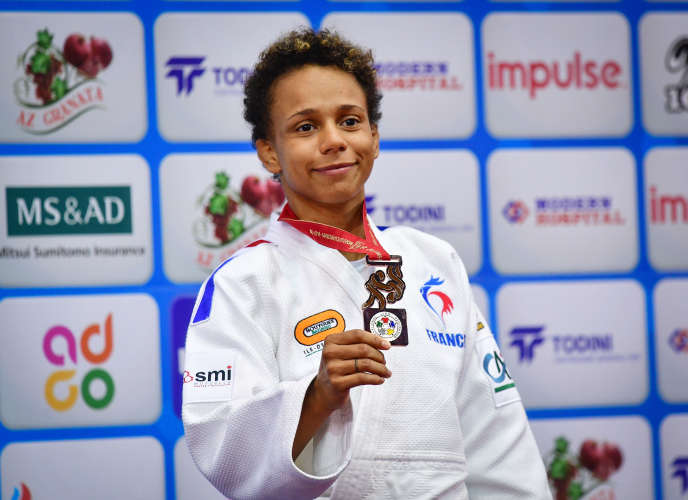 Amandine Buchard, ici médaillée de bronze aux Mondiaux à Bakou en septembre, explique que la nouvelle a été moins bien acceptée au sein de sa famille que dans le monde du judo.